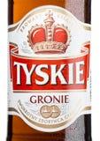 伦敦,英国- 2017年3月23日:Tyskie啤酒瓶标签在白色的 yskie啤酒在1629年首先酿造了并且位于波兰 免版税库存照片