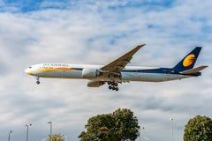 伦敦,英国- 2016年8月22日:VT-JES喷气航空公司波音777着陆在希思罗机场,伦敦中 免版税库存照片