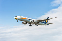 伦敦,英国- 2016年8月22日:VT-JES喷气航空公司波音777着陆在希思罗机场,伦敦中 免版税库存图片