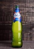 伦敦,英国2016年11月15日 冷的瓶在木背景的Kronenbourg 1664啤酒 5 56个项目符号口径步枪 5%苍白贮藏啤酒是K主要品牌  库存图片