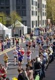 伦敦,英国- 2014年4月13日-在金丝雀码头唱腔的伦敦马拉松,专家的巨型的体育比赛和爱好者运动员, 图库摄影