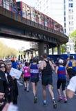 伦敦,英国- 2014年4月13日-在金丝雀码头唱腔的伦敦马拉松,专家的巨型的体育比赛和爱好者运动员, 免版税库存照片