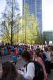 伦敦,英国- 2014年4月13日-在金丝雀码头唱腔的伦敦马拉松,专家的巨型的体育比赛和爱好者运动员, 库存图片