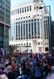 伦敦,英国- 2014年4月13日-在金丝雀码头唱腔的伦敦马拉松,专家的巨型的体育比赛和爱好者运动员, 免版税图库摄影