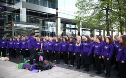 伦敦,英国- 2014年4月13日-在金丝雀码头支援合唱的伦敦马拉松 免版税图库摄影