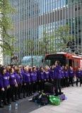伦敦,英国- 2014年4月13日-在金丝雀码头支援合唱的伦敦马拉松 库存图片