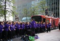 伦敦,英国- 2014年4月13日-在金丝雀码头支援合唱的伦敦马拉松 图库摄影