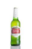 伦敦,英国- 11月29日 2016寒冷瓶在白色背景,安海斯布希InBev突出的品牌的史特拉Artois啤酒,是 库存照片