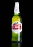 伦敦,英国- 11月29日 2016寒冷瓶在黑背景,安海斯布希InBev突出的品牌的史特拉Artois啤酒,是 免版税库存图片
