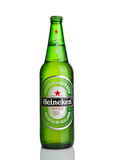 伦敦,英国- 2016年10月123, :瓶海涅肯在白色背景的储藏啤酒 海涅肯是海涅肯Inte重要产品  免版税图库摄影