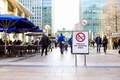 伦敦,英国- 4月25 :信号禁烟区 有几个禁烟的区域在黄雀色码头区  图库摄影