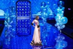 伦敦,英国- 12月02 :在2014年维多利亚的秘密时装表演期间,歌手泰勒・斯威夫特在跑道执行 库存照片