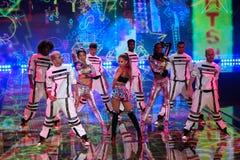 伦敦,英国- 12月02 :在2014年维多利亚的秘密时装表演期间,歌手重创的阿里纳在阶段执行 免版税库存图片
