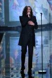 伦敦,英国- 12月02 :在2014年维多利亚的秘密时装表演期间,歌手Hozier执行 免版税库存图片