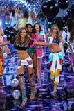 伦敦,英国- 12月02 :在2014年期间对时装表演结局,模型 免版税库存图片