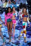 伦敦,英国- 12月02 :在2014年期间对时装表演结局,模型 免版税库存照片