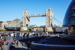 伦敦,英国- 4月09 :塔桥梁在2017年4月09日的伦敦 平衡装置在泰晤士河的塔桥梁 免版税库存照片