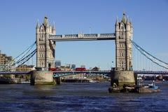 伦敦,英国- 4月09 :塔桥梁在2017年4月09日的伦敦 平衡装置在泰晤士河的塔桥梁 库存图片