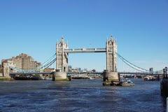 伦敦,英国- 4月09 :塔桥梁在2017年4月09日的伦敦 平衡装置在泰晤士河的塔桥梁 库存照片