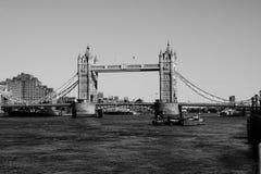 伦敦,英国- 4月09 :塔桥梁在2017年4月09日的伦敦 平衡装置在泰晤士河的塔桥梁 图库摄影