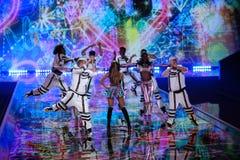 伦敦,英国- 12月02 :歌手重创的阿里纳执行在每年维多利亚的秘密时装表演 免版税图库摄影