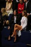 伦敦,英国- 12月02 :Jessie商品(l)和米莉麦金托什出席2014年维多利亚的秘密时装表演 免版税库存图片