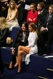 伦敦,英国- 12月02 :Jessie商品(l)和米莉麦金托什出席2014年维多利亚的秘密时装表演 免版税库存照片