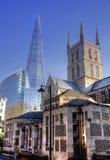 伦敦,英国-泰晤士河的玻璃南银行步行2014年3月29日Southwark大教堂和Shadr对比现代和老弧 图库摄影