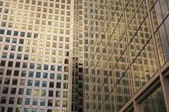 伦敦,英国-金丝雀码头, 2014 3月22日,现代玻璃大厦 免版税库存图片