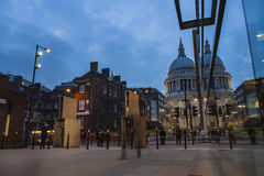 伦敦,英国- 2016年 03 23 :圣保罗的大教堂伦敦,平衡 库存照片