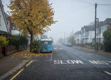 伦敦,英国- Ocrober 30日2016年:在住宅街道的重的浓雾在伦敦 图库摄影