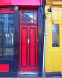 伦敦,诺丁山,与红色和黄色门的五颜六色的入口 免版税库存图片