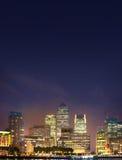 伦敦,金丝雀码头事务和银行业务区夜点燃 免版税库存图片