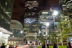 伦敦,金丝雀码头英国- 2014年4月4日金丝雀码头管、公共汽车和出租汽车驻地夜 图库摄影