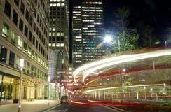 伦敦,金丝雀码头英国- 2014年4月4日金丝雀码头管、公共汽车和出租汽车驻地夜 免版税库存图片