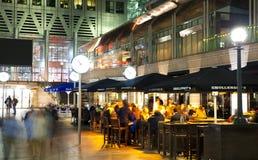 伦敦,金丝雀码头英国- 2014年4月4日金丝雀码头管、公共汽车和出租汽车驻地夜 库存图片