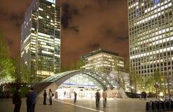 伦敦,金丝雀码头英国- 2014年4月4日金丝雀码头管、公共汽车和出租汽车驻地夜 库存照片