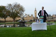伦敦:世界的最高的人和最短的人在吉尼斯世界纪录见面 免版税图库摄影