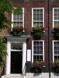 伦敦: 与花配件箱的英王乔治一世至三世时期大阳台 免版税库存照片