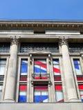 伦敦: 与英国国旗标志的新古典主义的大厦 库存图片