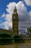 伦敦:从泰晤士河看见的大本钟 免版税库存图片