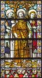 伦敦-从彩色玻璃的传道者彼得、雅各布和约翰在教会圣詹姆斯西班牙人放 库存照片