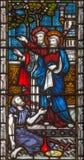伦敦-圣皮特圣徒・彼得和约翰愈合在寺庙前面的瘫子在彩色玻璃的耶路撒冷在圣玛丽方丈` s教会里 库存图片