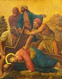 伦敦-在十字架下的绘的耶稣秋天作为十字架的驻地在圣詹姆斯西班牙人位置教会里  免版税库存照片