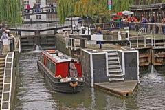 伦敦 坎登镇 水在董事的运河的公共汽车乘驾 库存照片