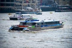 伦敦-城市巡航游览在泰晤士河的小船风帆 库存图片