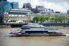 伦敦-城市巡航游览在泰晤士河的小船风帆 免版税库存照片