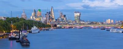 伦敦-城市的晚上全景有摩天大楼在中心和金丝雀码头的在背景中 免版税库存照片
