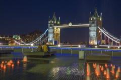伦敦-塔桥梁、散步和喷泉在晚上 库存图片