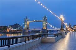 伦敦-塔桥梁的全景,有现代城镇厅大厦的散步在黄昏 免版税库存照片